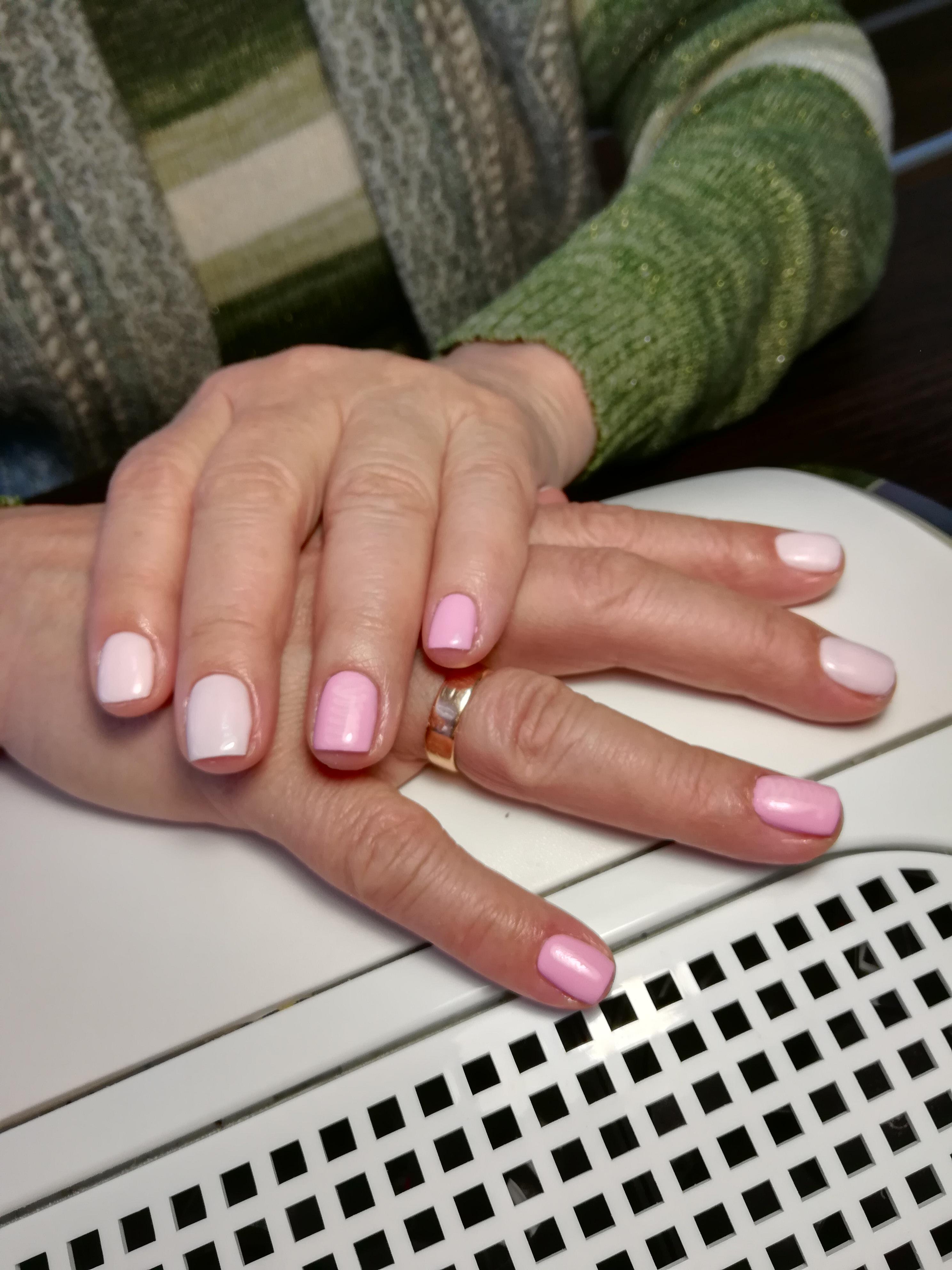 светло розовый и ярко розовый маникюр