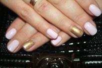 розовый маникюр с золотом